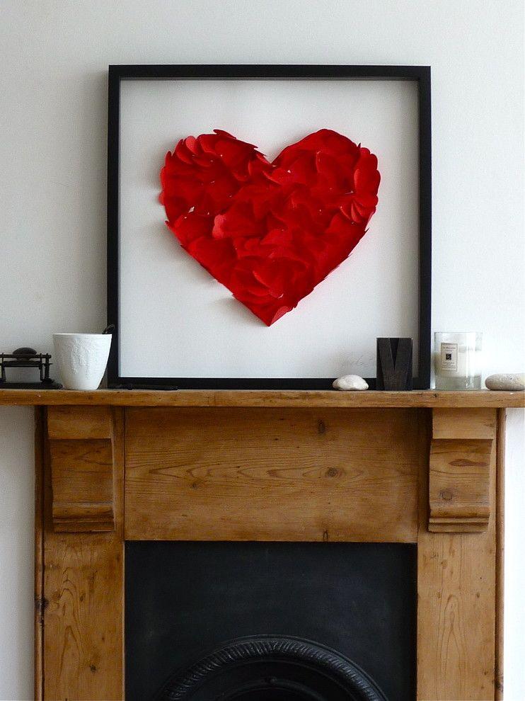 Rotes Herz über die Kaminkonsole-Valentinstag Interieur Dekor
