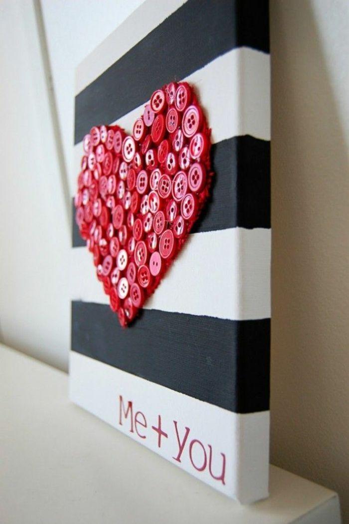 Rotes Herz aus Knöpfen schwarze und weiße Streifen auf Leinwand-Deko Ideen zum Valentinstag