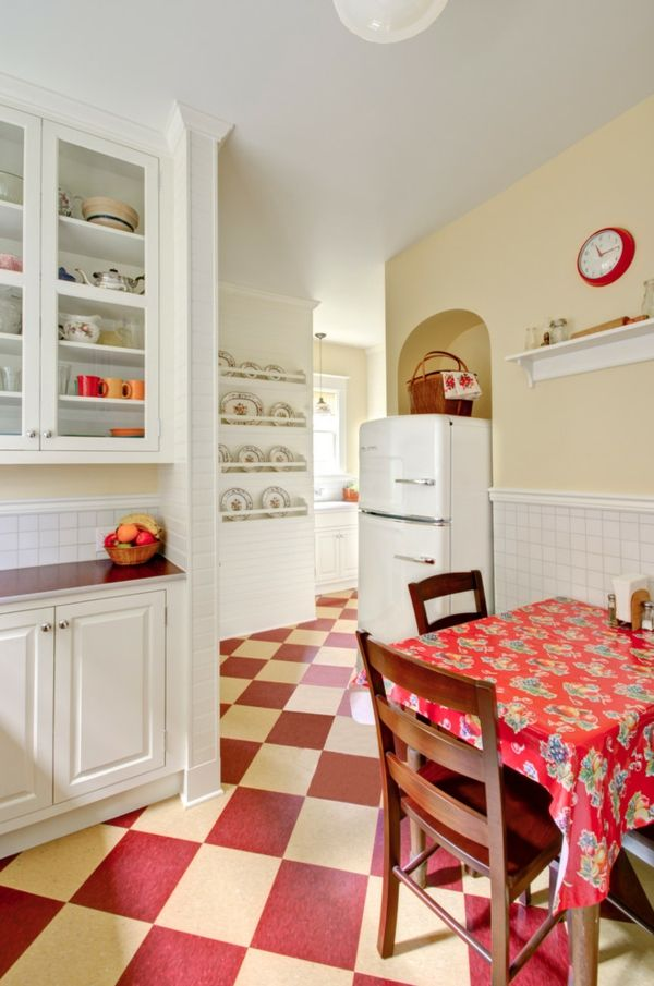 Rundlich und klobig-der Standkühlschrank mit Gefrierfach-Landhausstil Schachbrettmuster Retro-Kühlschrank