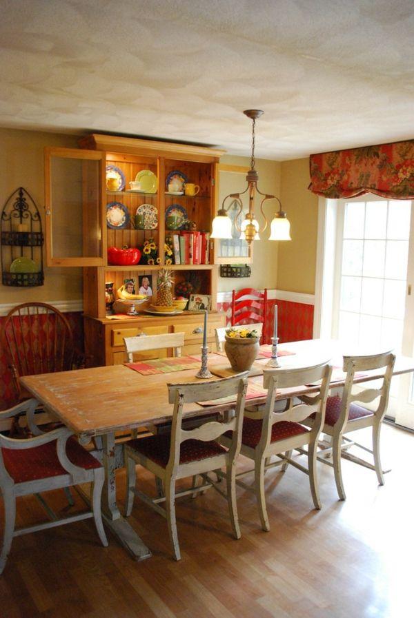 Säulentisch und Essstühle aus Holz im charmanten Ambiente-Landhausstil Holztisch Essstühle