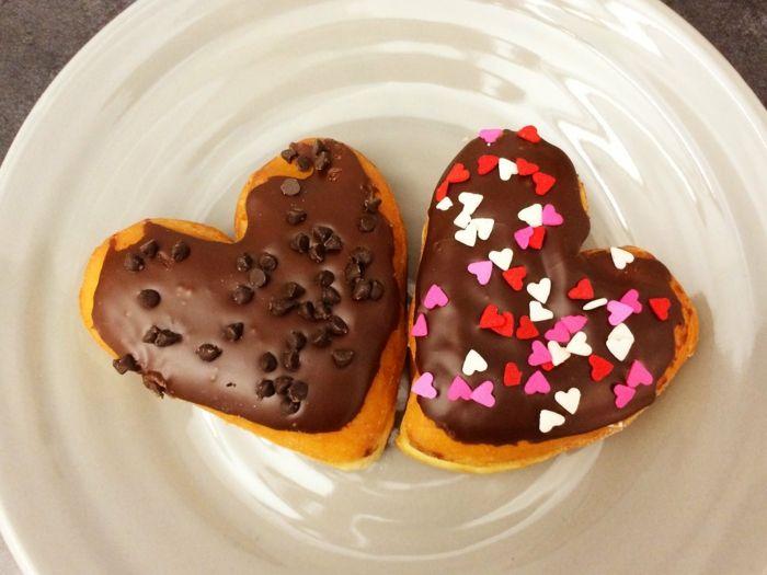 Süße Donut Herzen mit Schokoglasur und Schokostreusel-Nachtisch Herzform Valentinstag Donuts hausgemacht