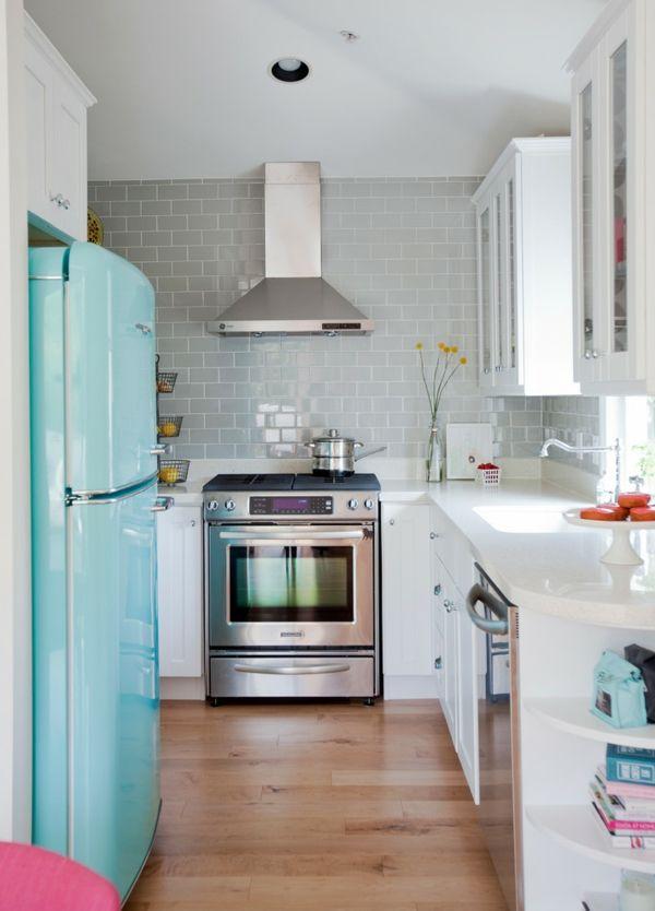 Schickes Küchendesign mit eklektischen Elementen-amerikanischer Kühlschrank in Hellblau
