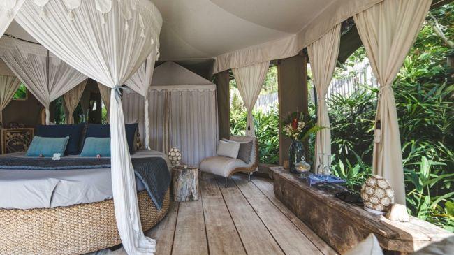 Schlafzimmer, Bett mit Gardinen, Vorhänge, Wohnaccsessoires, Sessel
