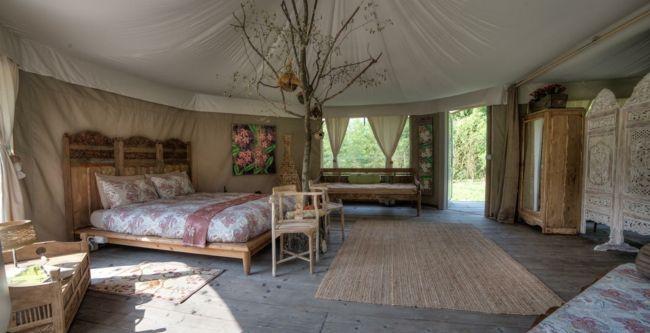 Schlafzimmer, Möbel aus Holz, Gardinen, Trennwand, Wohnaccsessoires