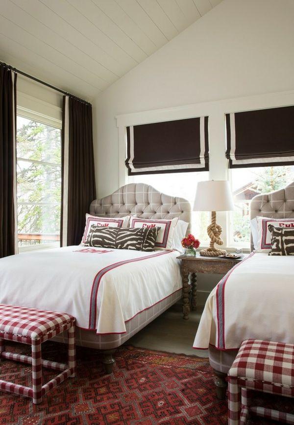 Schlafzimmer im ländlichen Stil-Schlafzimmer Gestaltung Landhausstil kariert Bettbank Knopfheftung römische Rollos