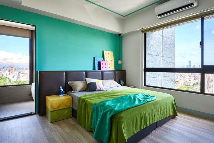 Schlafzimmer in grünen Nuancen-Einzigartige ausgefallene Designer Wohnung Renovierung Schlafzimmer große Fenster Legoblöcke