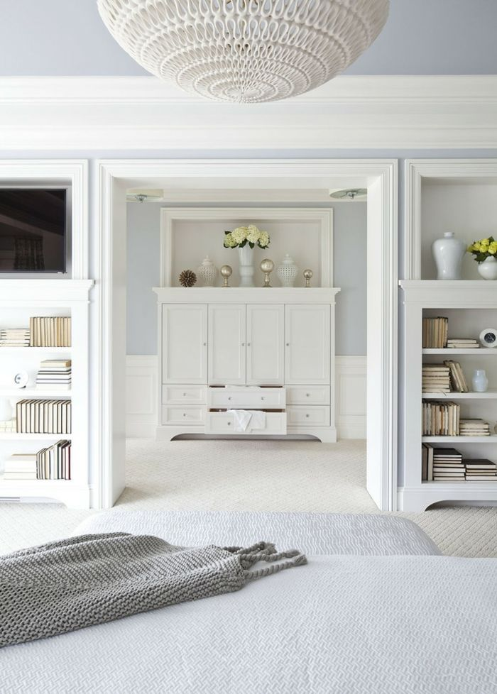 Schlafzimmer und Ankleideraum in Weiß-Die Trennwände teilen die Bereiche -Offener begehbarer Kleiderschrank
