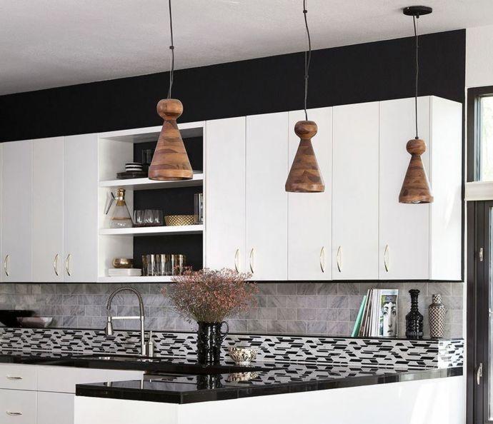 Schwarz Weiß Mosaik Spiegelfläche Hängeleuchten-Küchen offene Regale