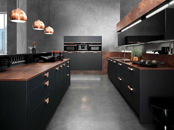 Schwarze Küchenfronten und akzentvolle Pendelleuchtenr-Tendenzen Küchentrends Design Küchenmöbel schwarze Küchenfronten Kupfer