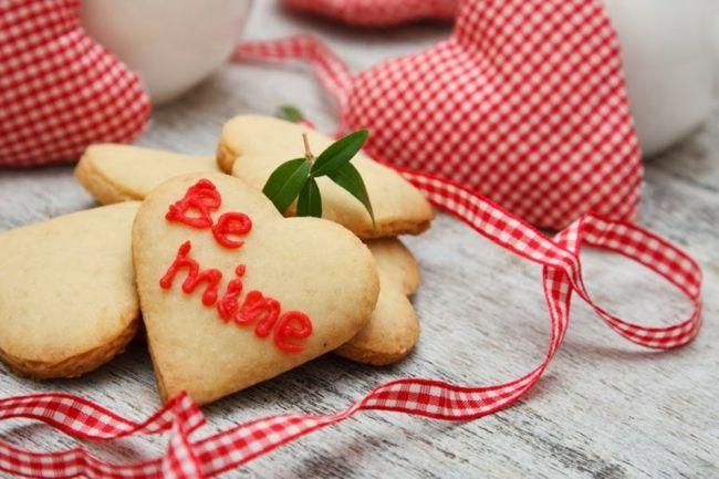 Selbstgebackene Plätzchen als Überraschung am Valentinstag-Dekoration zum Valentinstag