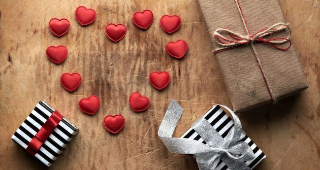 Selbstgemachte Herzapplikationen-Dekoration zum Valentinstag
