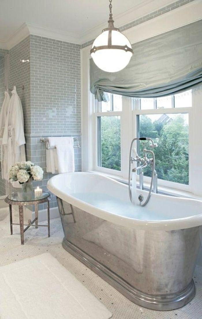 Silbernes und weißes Badezimmer-freistehende Badewanne