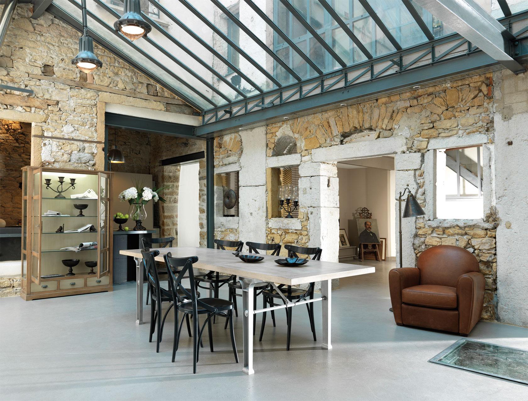 Spannende Zusammenstellung von Steinwänden und Glasdach-Steinwand Innendesign geräumiger Essraum Designer