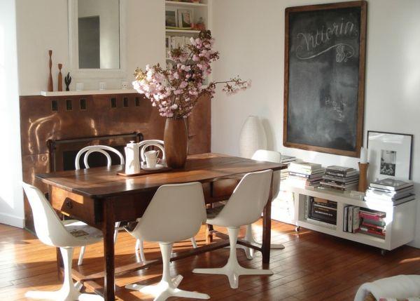 Speisezimmer im eklektischen Stil-rustikaler Holztisch moderne Stühle