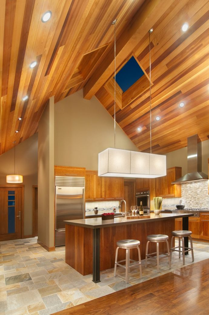 Steildach Dachfenster Holz Einbaustrahler Hängeleuchte Kochinsel Barhocker Metall modern-Modernes Küchendesign