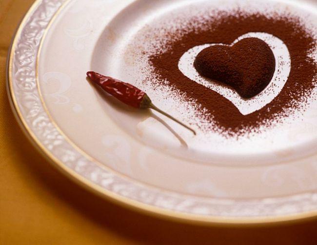 Symbolische Schokoladenherz und Chilipfeffer-Ideen zum Valentinstag