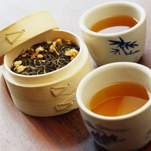 Teetassen und getrocknete Teeblätter im Bambus-Behälter-Schwarzer Tee Kräutertee Teesorten Antioxidationsmittel Herzerkrankungen Infarktrisiko senken Stressreduzierung