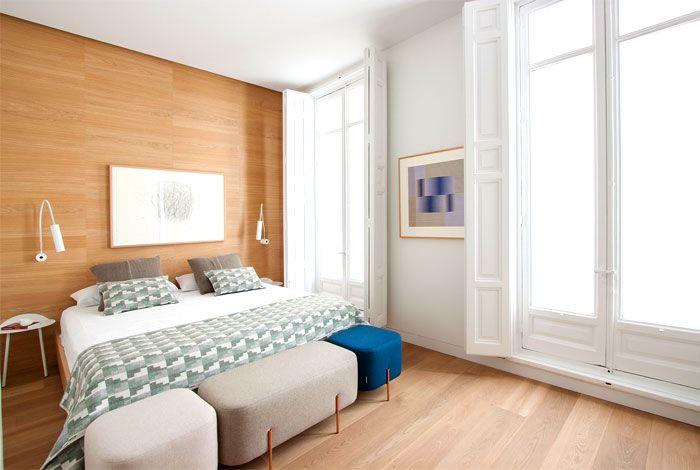 Tiefe Fenster sorgen für viel Licht im Schlafzimmer-modernes Schlafzimmer Altbau Holzwand Minimalismus