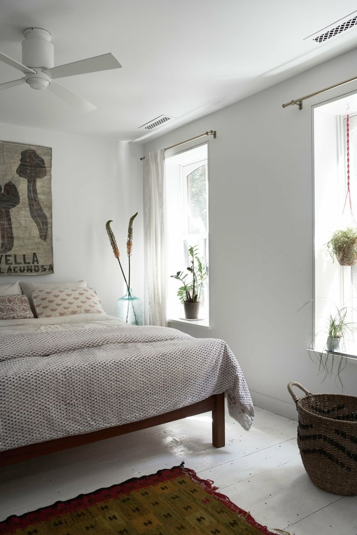 Tiefe Fensterbank und viel Licht im hellen Schlafzimmer-Minimalistische Einrichtung-Einfamilienhaus Einrichtung Schlafzimmer Weiß Vintage