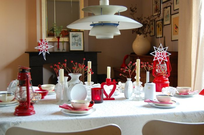 Tischdeko mit Herzenformen-romantische Einrichtung am Valentinstag