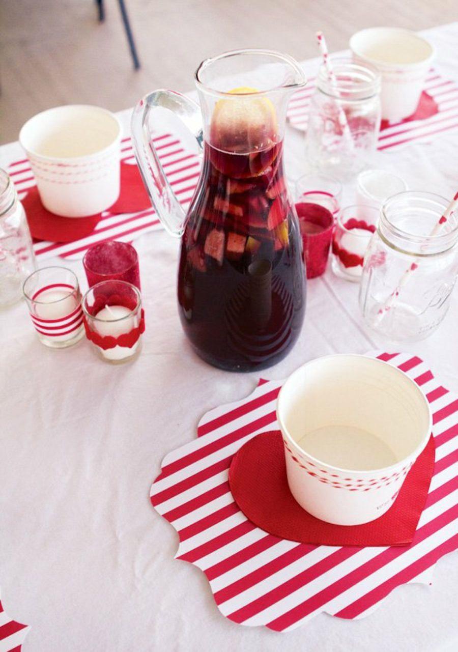 Tischdeko mit gestreiften Tischuntersetzern und Sangria-Partydeko Partydekoration Gartenparty Farbmotto Feier Fest Gestaltung