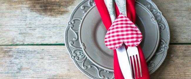Tischdekoration für romantisches Abendessen-Dekoration zum Valentinstag