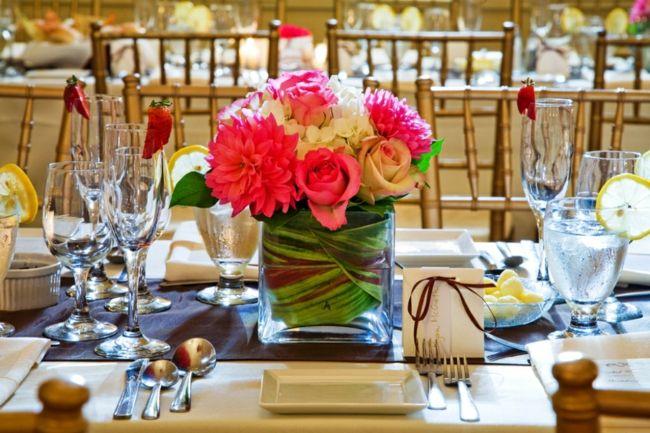 Tischdekoration mit bunten Blumen in quadratischer Glasvase-Tischdeko Hochzeit
