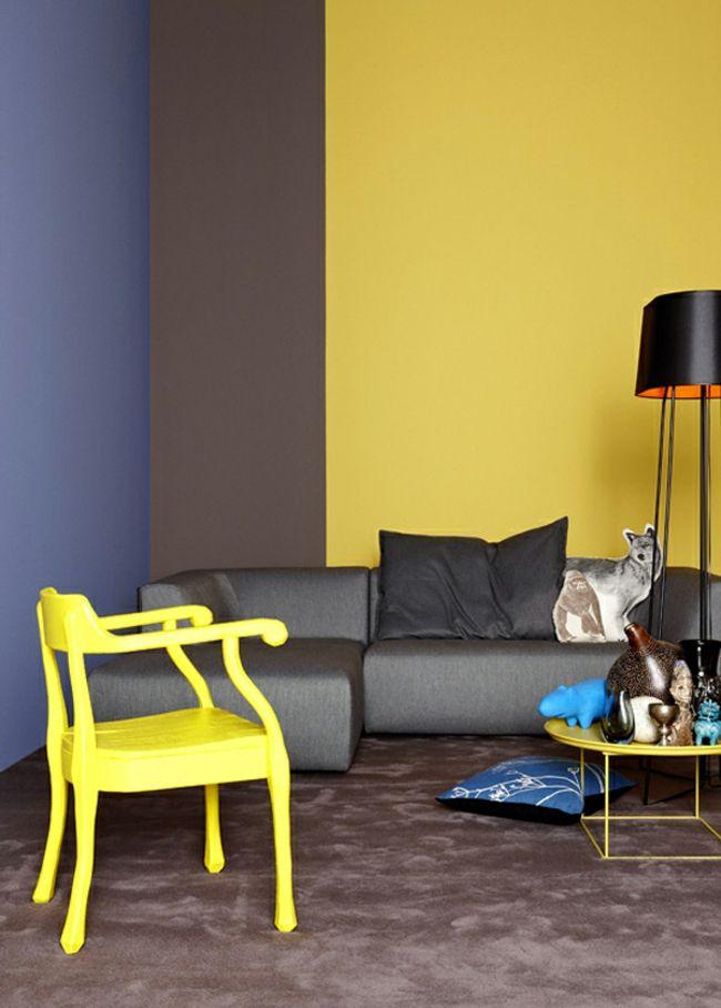 Trendfarbe Gelb, gelber Stuhl, gelbe Wand, Stehleuchte-Einrichtungstrends