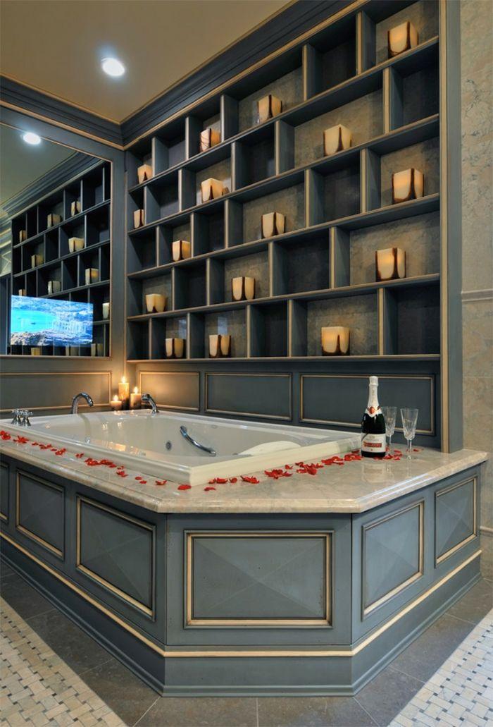 Valentinstag Badezimmer Gestaltung Badewanne Rosenblätter Kerzen Sekt-romantische Einrichtung am Valentinstag