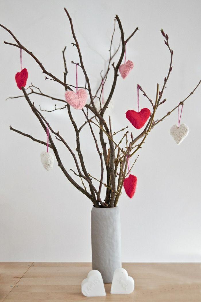 Vase mit Zweigen Ästen Stoffherzen-Deko Ideen zum Valentinstag