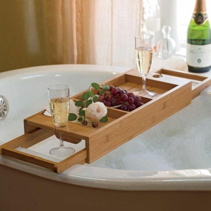 Wannenablage aus Holz mit abgestellten Sektgläser-Badewannenablage aus Holz