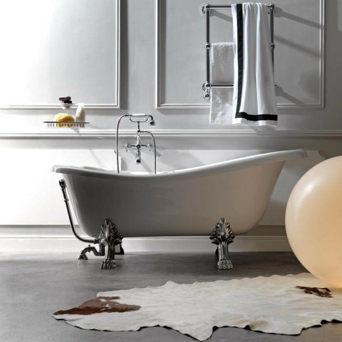 Weiße Badewanne mit Löwenfüßen-freistehende Badewanne