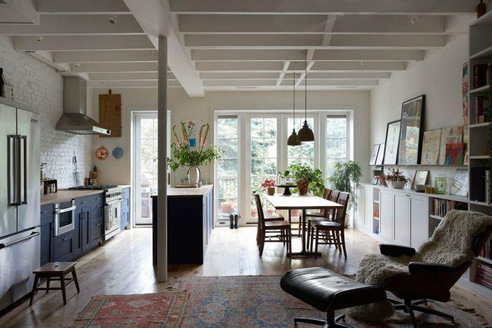 Wohnbereich bestehend aus Küche, Wohn- und Esszimmer-Die Textilien haben einen gezielten Used-Look-geräumiger großzügiger Wohnbereich französische Türen eklektische Einrichtung