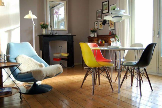 Wohnzimmer, bunte Stühle, blauer Sessel, Wandspiegel -Einrichtungstrends