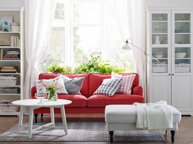 wohnzimmer blau weiß:Wohnzimmer, roter Sessel, weißer Beistelltisch, weißer Schrank