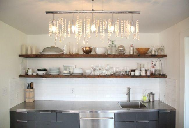 Wunderschöne kleine Küche mit klassischem Kristall Kronleuchter und rustikalen Wandregalen-Eklektische Wohnung Vintage rustikal