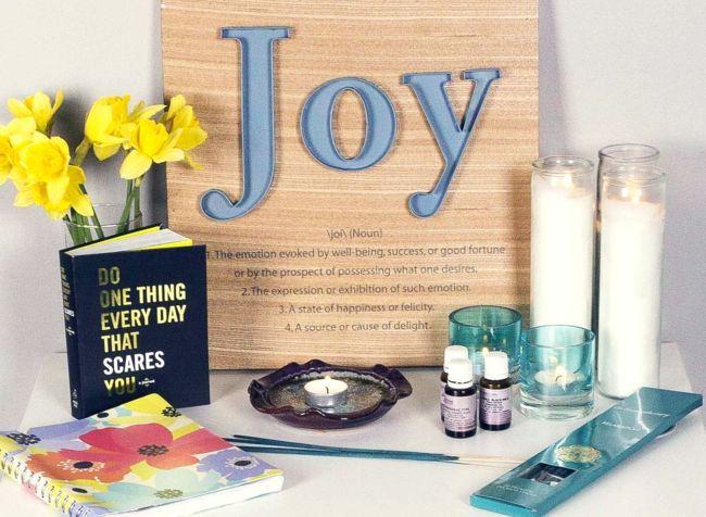 Yoga, Kerzen, Aromaöl, Buch, Blumen, Yogaaltar