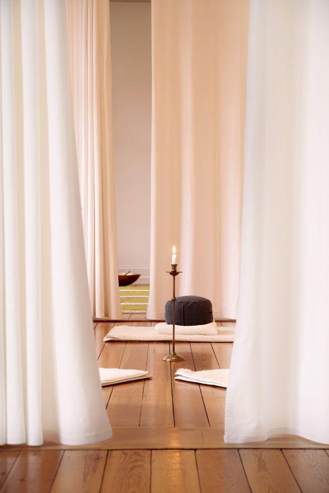 Yogaraum, Vorhänge, Kerzenleuchte, Holzboden