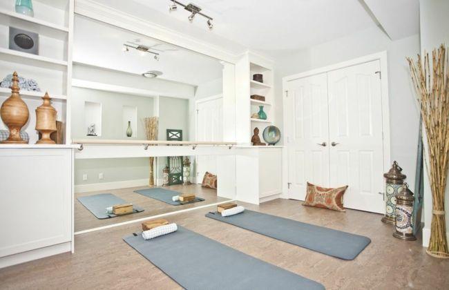 Yogaraum, Yogamatte, Wohnaccsessoires, Bodenkissen, weiße Möbel