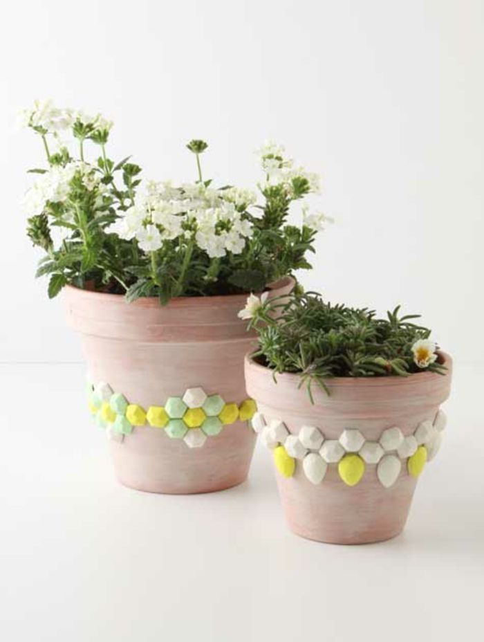 Zarte Verzierung statt Farbe-Zimmerpflanzen Deko Ideen Schmucksteine Basteln mit Blumentopf