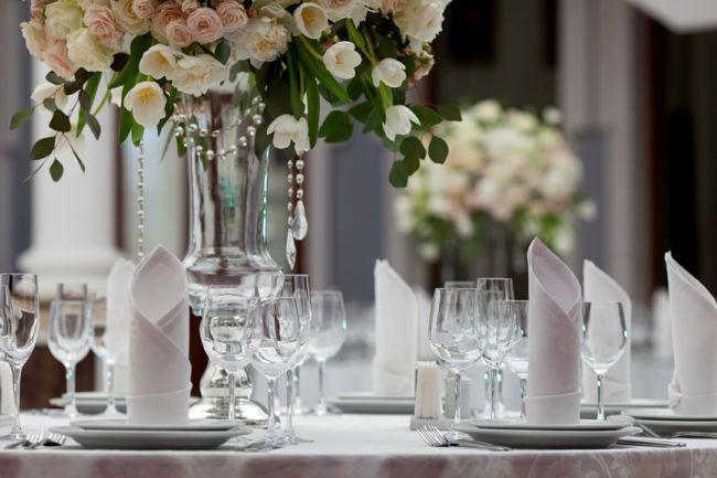 Zarte und romantische Tischdekoration mit wunderschönem Blumenstrauß-Tischdeko Hochzeit