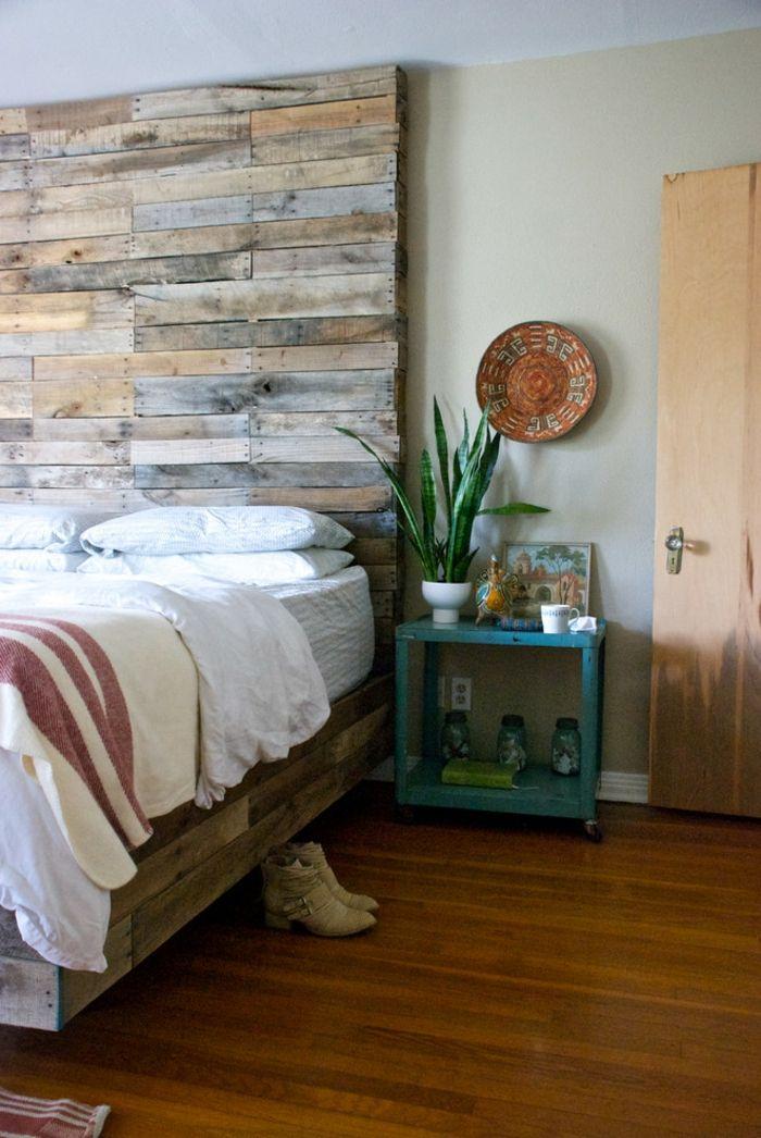Zimmerhohe Palette im rustikalen Schlafzimmer-DIY Kopfteil Europalette