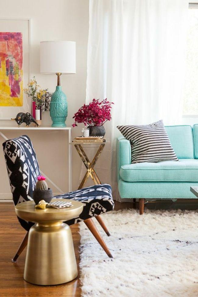 blaue Cauch, Retroleuchte, Beistelltisch in Gold-möbel design
