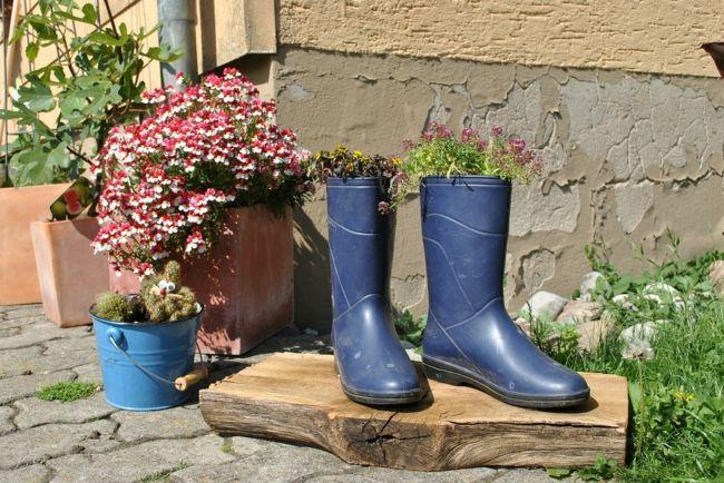 blaue Gummistiefel und blauer Blumentopf als Gartendeko Gartendeko - Ideen