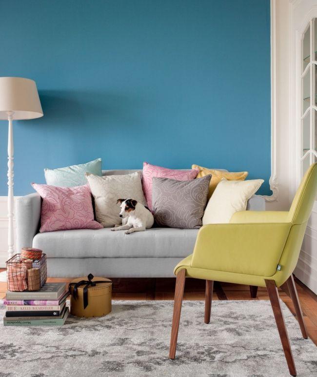 blaue Wand, gelber Sessel, Stehleuchte, Dekokissen-möbel design