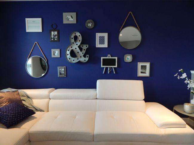 blaue Wand, weiße Couch, Wanddekoration-wohnzimmer ideen