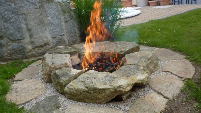 die Feuerstelle im eigenen Garten ist sehr romantisch-Dekoration für den garten