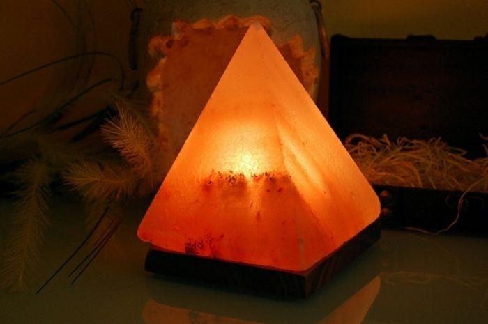 die pyramidenförmige Salzlampe überzeugt durch ihr schlichtes Design-Salzkristalllampe