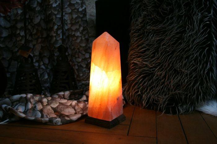 kugelförmige Salzlampe als Blickfang im Wohnzimmer-Salzkristalllampe