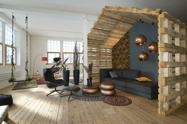 modernes Ambiente, Europaletten, schwarze Möbel, Sessel, Beistelltisch-Einrichtungstrends